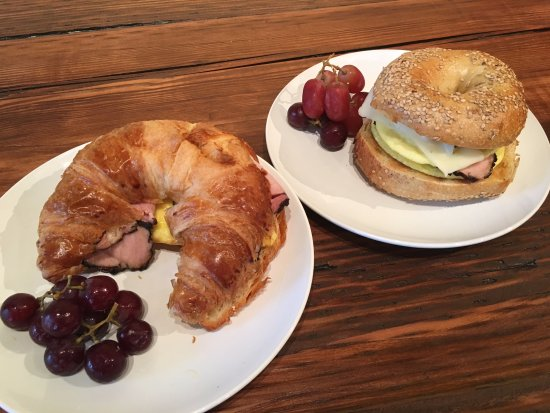 Osprey, Flórida: Breakfast: Omelette on a croissant or Bagel with eggs and am
