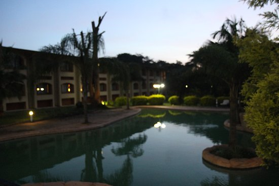Cresta Golfview: Pool behind the hotel, where our room faced