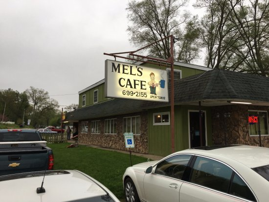 East Peoria, IL: Full parking lot at Mel's