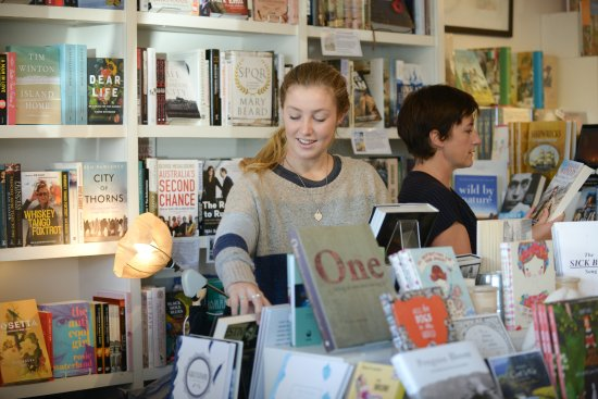 Aireys Inlet, Australia: Browsing at the bookshop for the very best new reads.