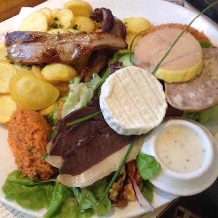 Saint-Cirq-Lapopie, France: Unos de nuestros platos