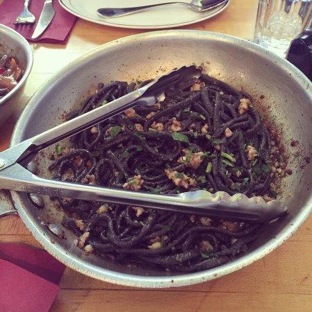 Brookline, Μασαχουσέτη: squid ink pasta