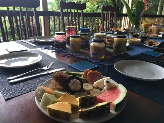The Epiphyte Bed and Breakfast: Epiphyte B&B breakfast table