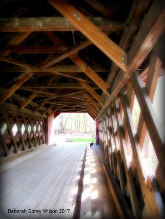 Brattleboro, VT: Welll maintained Vermont covered bridge, with a park at the other end...
