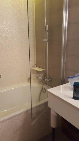 Renaissance Aix-en-Provence Hotel: Dangerous tub