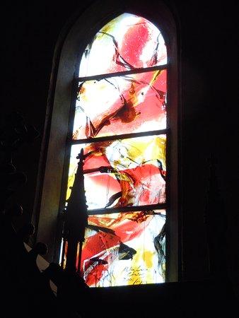Vitrail moderne sur le côté droit de la nef - Picture of Eglise ...