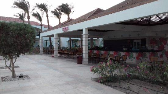 Reef Oasis Blue Bay Resort: бар возле релакс бассейна