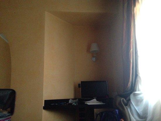 Rende, Italia: Bagno bello, lilla, rifiniture in mosaico, pulito e comodo, materasso molto comodo e stanza sole