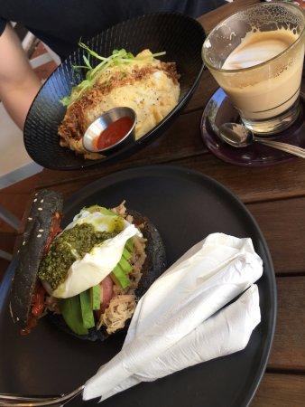Subiaco, Australia: 賣相吸引的蛋包飯及竹碳漢堡