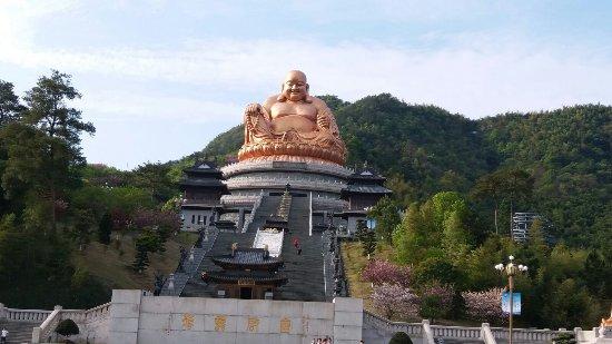 Xuedoushan Scenic Resort: 雪窦寺的地標 - 大金佛