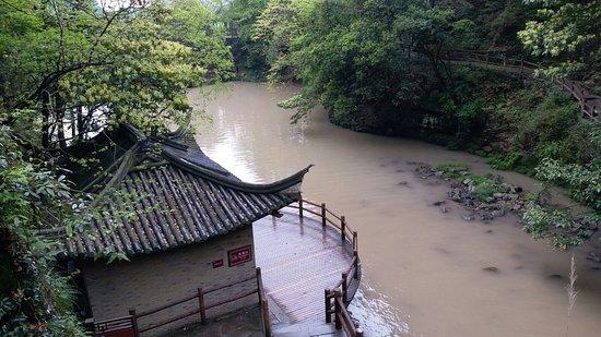 Fenghua, China: 下隱潭, 旁邊的建築物是手洗間, 很乾淨, 有公園管理員註守