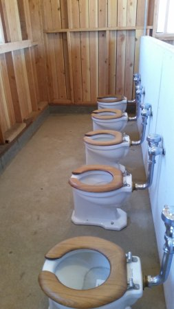 Independence, Californië: Womens' Letrine commodes.