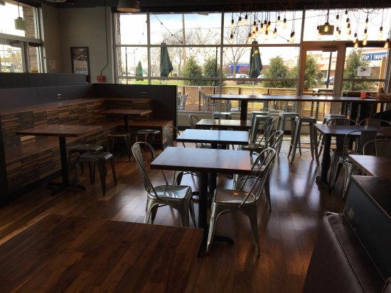 Webster, Estado de Nueva York: Qdoba Mexican Grill - dining room