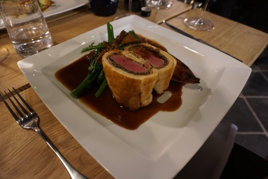 Llangattock, UK: Beef Wellington, port shallots, spinach, mushroom and Madeira jus.