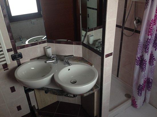 Suite soppalco: bagno in camera con doppio lavabo e doccia foto di