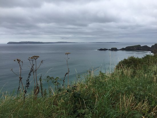 Ballintoy, UK: View from near the Coach park, Carrick-A-Rede Rope Bridge