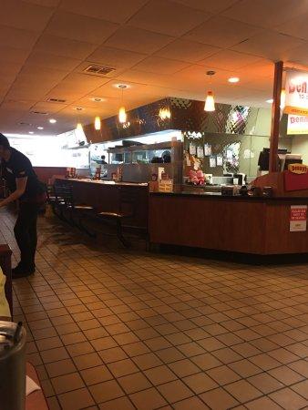 Muskogee, Οκλαχόμα: Small, clean, friendly waitress.