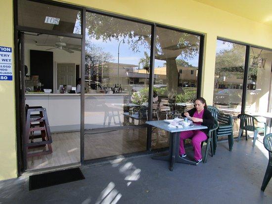 Miami Springs, Φλόριντα: Outside seating