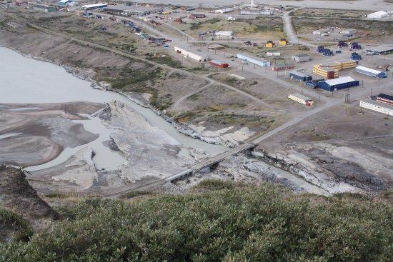 Kangerlussuaq, Grenlandia: Hotellet ligger midt i billedet over floden