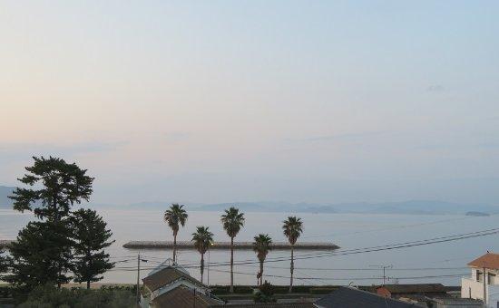 土庄町, 香川県, 4階のビーチ側のカド部屋からビーチ方面の眺め。瀬戸内海の島々や四国本土が見える。