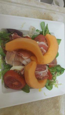 Монморильон, Франция: Tuscany salad (Mini size) - Tomates, mozzarella, poivron grille, jambon italien, melon