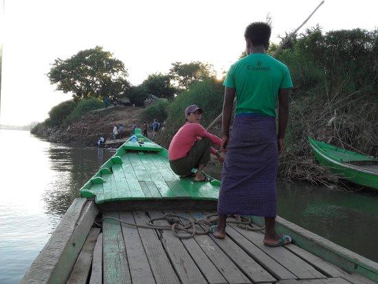 Amarapura, Birmanie (Myanmar) : Por el río proximo a AVA