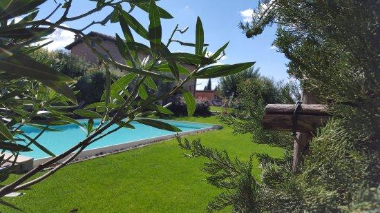 Aia Mattonata Relais: Giardino e piscina