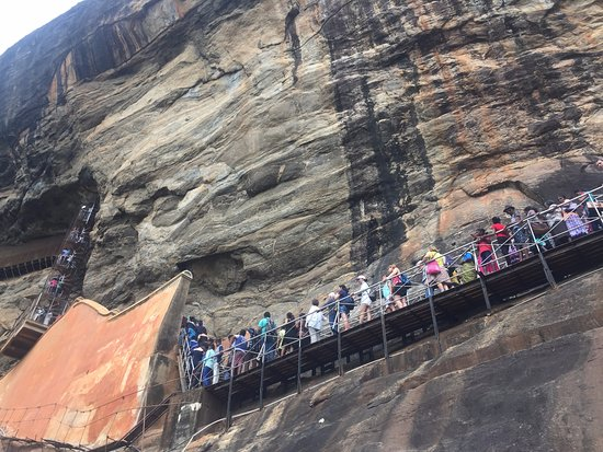 Citadel of Sigiriya - Lion Rock: Queue to get to the mirror wall
