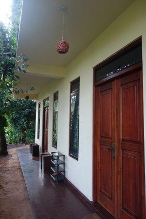 Mawanella, سريلانكا: vor dem Zimmer im Parterr