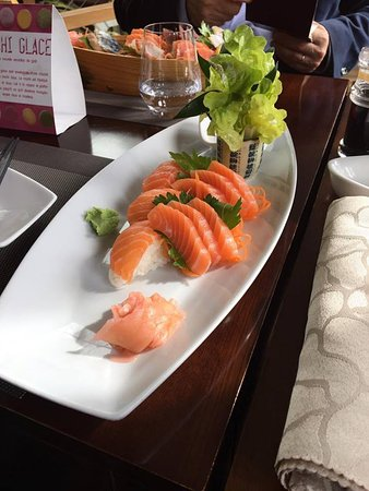 Sashimi saumon et 2 sushis saumon picture of soleil levant port marly le port marly tripadvisor - Le soleil levant port marly ...