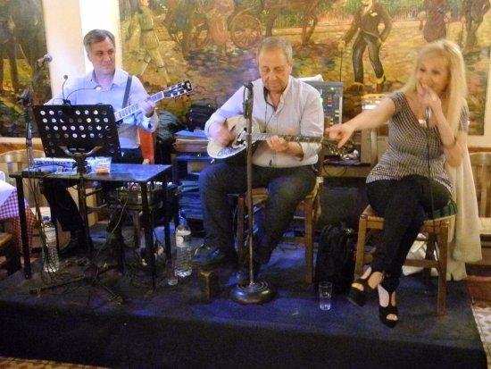 Geros Tou Moria : Musiker och sångerska