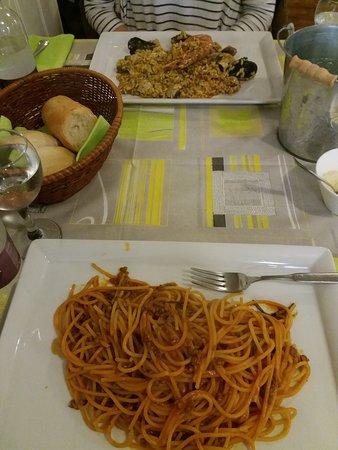 Muggia, Włochy: Spaghetti al ragú y risotto frutti di mare