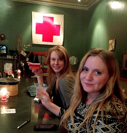 Kingston, Estado de Nueva York: The perfect place for selfies, under the Red Cross!