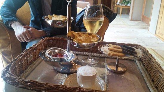 Villa Orso Grigio: Caffè macchiato e sidro di mele offerti mentre aspettavamo venissero sistemate le valigie