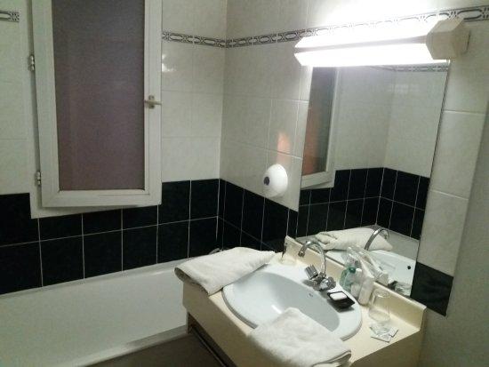 Turbo Fenêtre dans la baignoire (pas pratique du tout) - Photo de Hotel  ZF53
