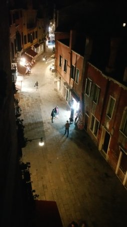 Hotel Al Sole: sallizada San Pantaleon la nuit