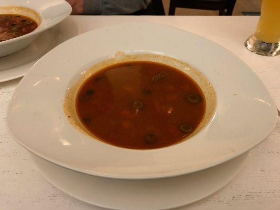 Kedainiai, Lithuania: Pikantna zupa z wolowina i oliwkami