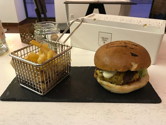 Kedainiai, Lituania: Burger wolowy z frytkami