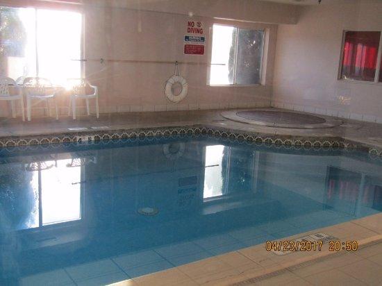 Vega, TX: Clean looking pool and room