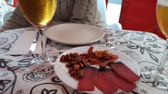 Blanca, Spain: Mojama, hueva y cacahuetes. Una buena tapa para abrir boca !