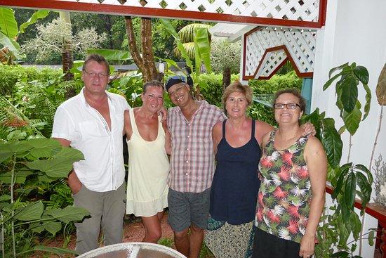 Buisson Guesthouse La Digue: Die Gastgeber der Ferienwohnung. Charles in der Mitte und Doris rechts außen. Der Rest sind wir