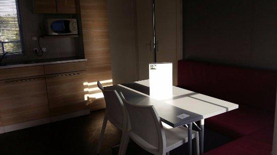 Ceyreste, Prancis: salle manger cuisine