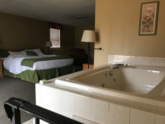 Sanbornton, New Hampshire: Master Bedroom w/ Jacuzzi