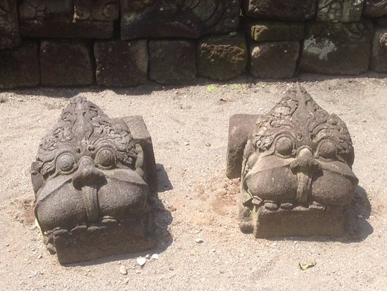 Candi Mendut (Temple): Carvings in the garden