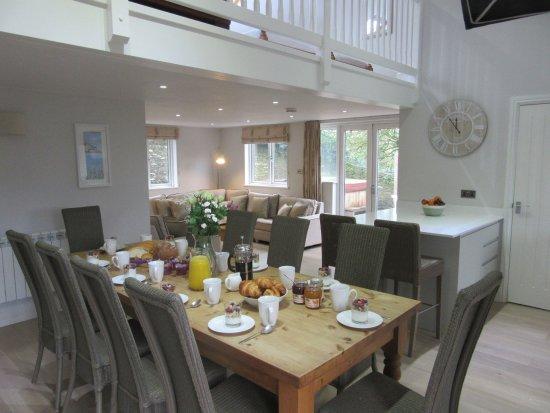 Hillfield Village: Lovely living/dining area