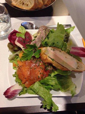 Saint-Alban-de-Montbel, Francia: Menu à 33 gratiné de ravioles au écrevisses, salade composée, pièce de bœuf