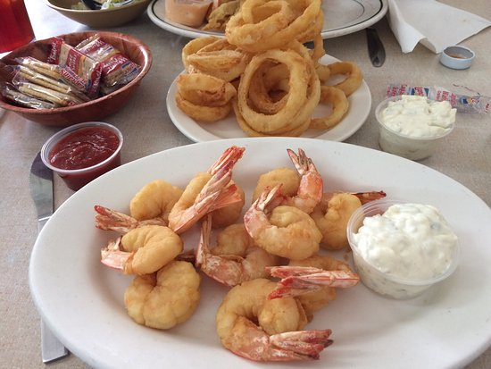 Graceville, Floryda: The batter is light and the shrimp were plump and sweet. The onion rings are great too!!