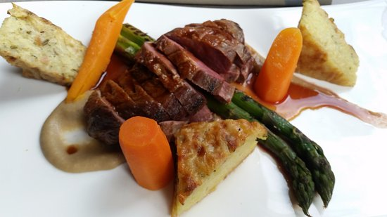 Heerhugowaard, Países Bajos: Main: duck breast with pommes gratin, carrot and asparagus