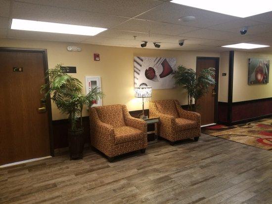 Super 8 Wichita North: 3rd floor hallway