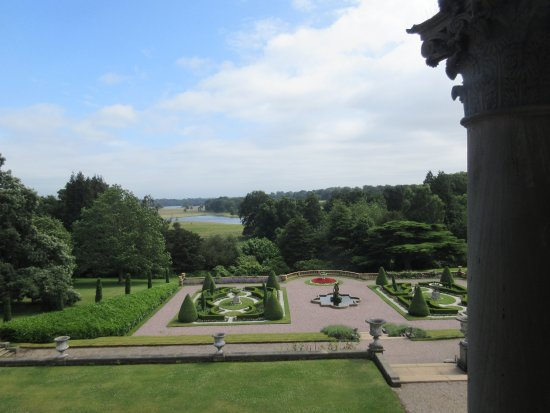 Кнатсфорд, UK: Looking from the hall over the formal gardens to the extensive grounds beyond